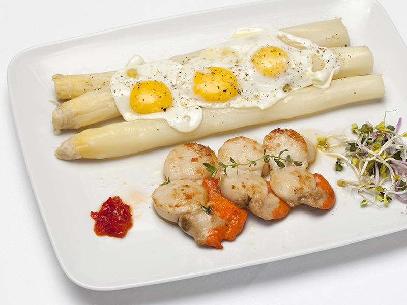 capesante con asparagi bianchi di Mambrotta e uova di quaglia